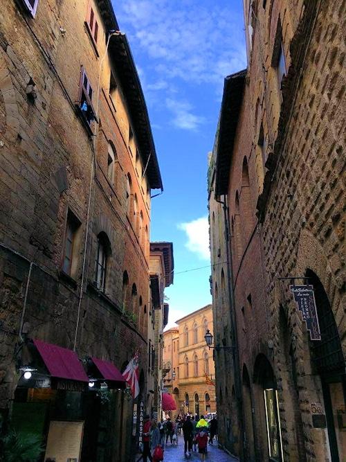Durch die Gassen in Volterra.