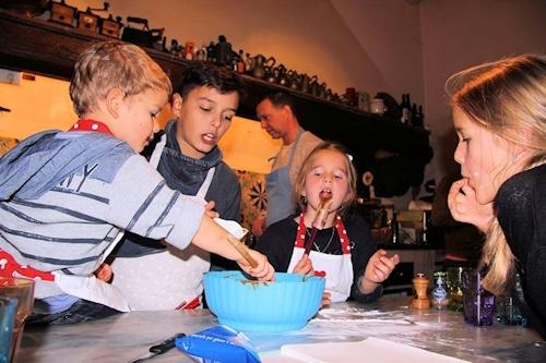 Kochkurs in der Villa Sesto Fiorentino: Die Kinder kümmern sich um den Schoko-Kuchen.