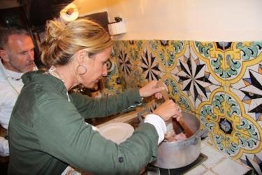 Kochkurs in der Villa Sesto Fiorentino: Dominika brät das Kaninchen.