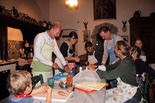 Kochkurs in der Villa Sesto Fiorentino: Lustige Kochgruppe mit englisch-sprechender Köchin.