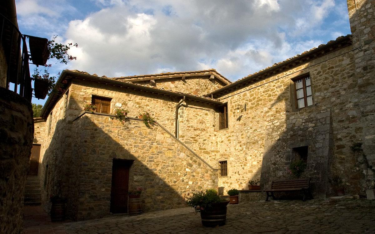 Burg Chianti 3 Außenansichten 01