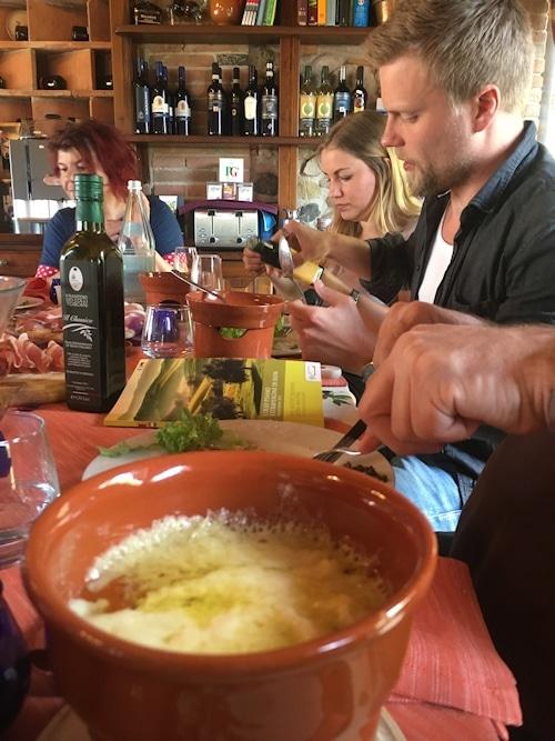 Nur Olivenöl in der Küche desBio-Agriturismo Paganico.