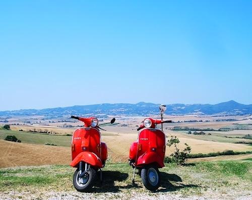 Mit der Vespa unterwegs in der Toskana.