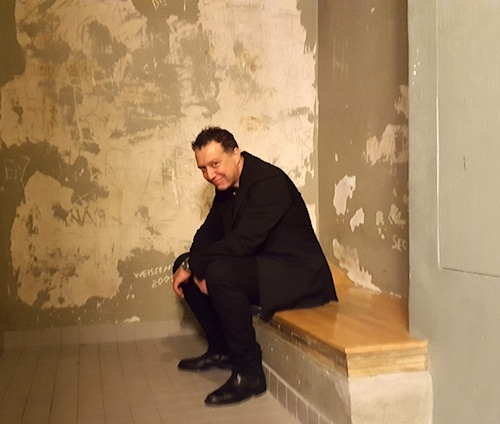 Ein bisschen mulmig wird's Davide in einer der Zellen schon © Jule Thumser