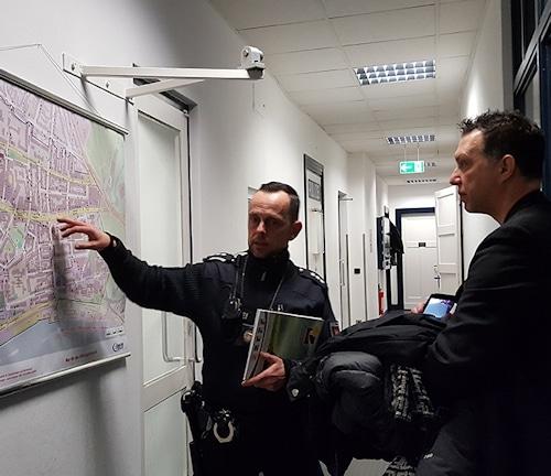 An der Karte erklärt der Polizei-Hauptkommissar André H., dass die Davidwache das kleinste Reviergebiet Deutschlands hat. © Jule Thumser
