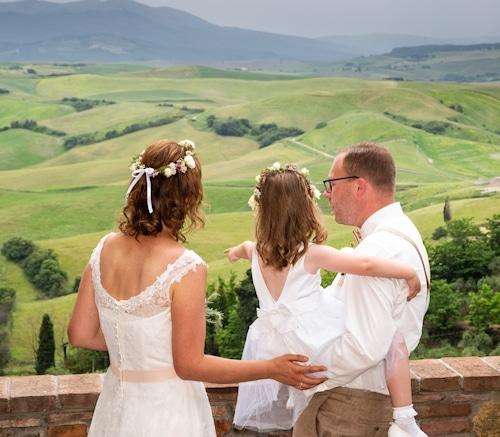 Eheschließung vor der Traumkulisse der toskanischen Hügellandschaft.