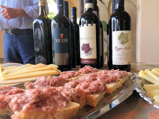 Weinprobe aus der Perspektive der frischen Toskana-Wurst © Toscana Forum