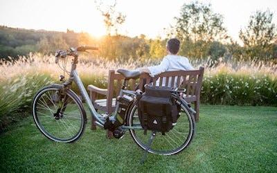mit E-Bikes oder Fahrrädern unterwegs